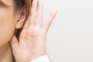 耳をかたむけている女性